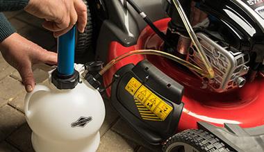 Odsávání oleje z travní sekačky