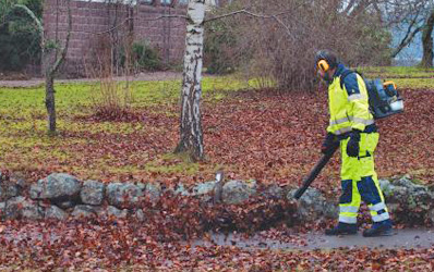 Práce s benzínovým vysavačem listí